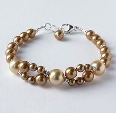Artículos similares a Brazalete de perlas de cristal de Swarovski oro con acentos de plata esterlina en Etsy #beadedjewelry