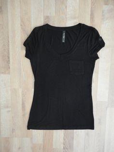 Remera de algodón negra, escote en V, con bolsillo delantero #AlterEgo #SinUso #ModaSustentable. Compra esta prenda en www.saveweb.com.ar!