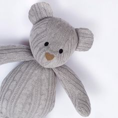 E nosso urso de tricot cinza, tem coisa mais linda?! Dá vontade de colocar no nosso quarto! 🐻❤️✨ #tribecaenxovais #meuenxovaltribeca #tricot #decor #feitocomamor