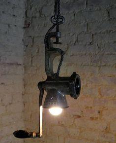 Las antiguas máquina de picar carne se convierten en originales lámparas.  Algunos modelos son fáciles de realizar...