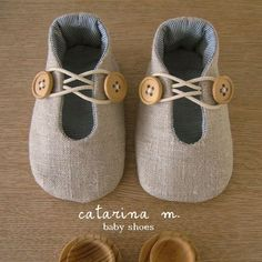 Baby Shoes 2020 – When should babies start to wear shoes? Doll Shoe Patterns, Baby Shoes Pattern, Baby Clothes Patterns, Wood Patterns, Baby Sewing Projects, Sewing For Kids, American Girl Doll Shoes, Cute Baby Shoes, Diy Bebe