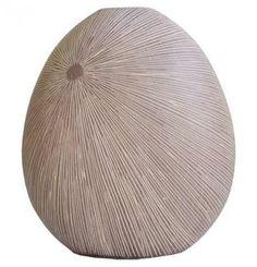 Váza v přírodních barvách. Vyrytý vzor. V interiéru můžete efektivně kombinovat s dalšími polyresin výrobky stejného provedení. Výška: 29,5 cm