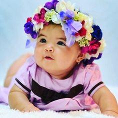 Preciosa  bebe posando con su corona de flores creación de @sugar_collections  . Conoce las delicadas creaciones de @sugar_collections Contacto: Sugarcollections@gmail.com . #DirectorioMModa #MModaVenezuela #Headwear #Venezuela #Babies #Beautiful #Latinoamerica #Worldwide