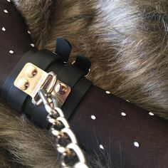 Algemas em couro soleta fecho duplo Bangles, Bracelets, Leather Cuffs, Luxury, Accessories, Jewelry, Fashion, White Leather, Tape Measure