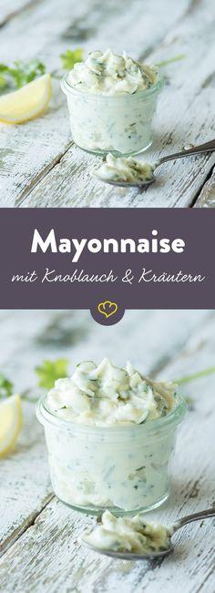 Frische Kräuter, ein ordentlicher Schwung Knoblauch und ein paar Grundzutaten ergeben eine würzig-leckere Mayo der Marke