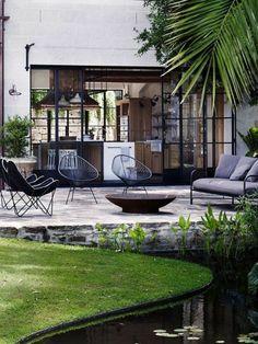 aménager sa terrasse une jolie pelouse verte et meubles d'extérieur