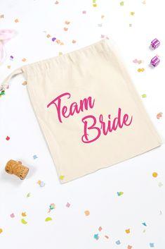Pochon Team Bride à offrir pour l'organisation du mariage ou de l'EVJF. Team Bride, Budget, Bridal Shower, Wedding Ideas, Young Living, Unique Weddings, Quirky Wedding