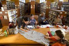 Ya no hay catedrales silenciosas con paredes forradas de libros, las bibliotecas locales se estánconvertido en plazas públicas, lugares confortables para que la comunidad se reúna para todo tipo d…
