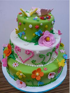 love this cake, love bottom tier with the flowers