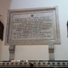 Parroquia de San Pedro y la placa que recuerda que aquí se bautizó Diego Velásquez