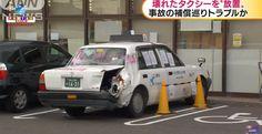 """Taxista abandona veículo danificado em um estacionamento de supermercado com cartazes escritos """"conserte por favor"""". O taxista foi detido."""