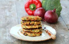 Brokkoli og søtpotet burger Veggie Recipes, Vegetarian Recipes, Dere, Fritters, Salmon Burgers, Avocado Toast, Guacamole, A Food, Nom Nom