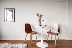 Maro și alb în decorul simplu al unei garsoniere de 26 m² din Suedia | Jurnal de Design Interior Dining Rooms, Dining Chairs, Design Interior, Inspiration, Furniture, Beautiful, Home Decor, Biblical Inspiration, Decoration Home