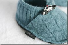 Make baby slippers out of an old sweater. click sewing on rt side then slippers Sewing For Kids, Baby Sewing, Old Sweater, Upcycled Sweater, Felt Shoes, Baby Slippers, Baby Boots, Baby Crafts, Baby Sweaters
