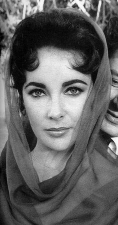 Elizabeth Taylor - She had beautiful violet eyes. This is the first picture I have seen that did them justice. Hollywood Icons, Old Hollywood Glamour, Golden Age Of Hollywood, Vintage Hollywood, Hollywood Stars, Hollywood Actresses, Classic Hollywood, Divas, Edward Wilding