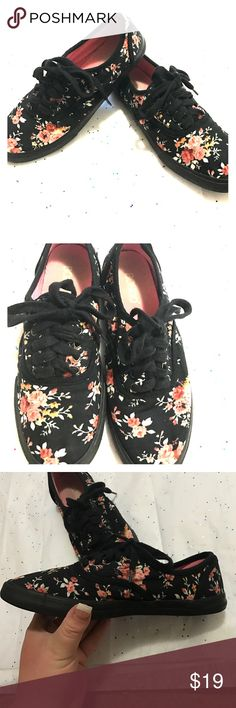Beautiful bongo shoes Used but in great condition size 7 beautiful floral design BONGO Shoes Sneakers