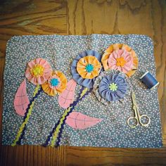 Making a sewing machine cover with yo-yo's as flowers. Sewing, Cover, Flowers, Projects, How To Make, Blog, Blue Prints, Couture, Fabric Sewing