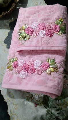 Loy handcrafts towels embroydered with satin ribbon roses conjunto de toalhas banho e rosto Ribbon Embroidery Tutorial, Bead Embroidery Patterns, Embroidery Fashion, Silk Ribbon Embroidery, Hand Embroidery Designs, Applique Designs, Floral Embroidery, Embroidery Stitches, Satin Ribbon Roses
