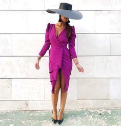La imagen puede contener: una o varias personas, personas de pie y calzado Dress Hats, I Dress, Party Dress, Elegant Wedding Dress, Elegant Dresses, Evening Outfits, Evening Dresses, Dressy Outfits, Purple Dress