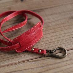 K68コウバにはちわわが派遣(犬!?)として働いていますお散歩の先導も彼のお仕事の1つちょこっとのお散歩と言えど、結構持ち物があるんです携帯、鍵、おしっこスプ...|ハンドメイド、手作り、手仕事品の通販・販売・購入ならCreema。