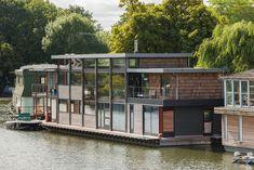 Wohnen im modernen Hausboot | Wohnen auf einem Boot ist verbunden mit einer gewissen Romantik und Abenteuerlust. In England gibt es viele Bootshäuser: Einige sind bunt und bohemienhaft und mit den klassischen Bootshausmotiven wie Rosen und Schlössern bemalt, andere sind topmodern. Dieses gehört zur letzteren Sorte und ist eher eine schwimmende Villa. Architektur: MAA Architects Quelle: Contemporist In England gilt: «My home is my castle» – und manchmal ist dies ein Boot. Dieses Hausboot...