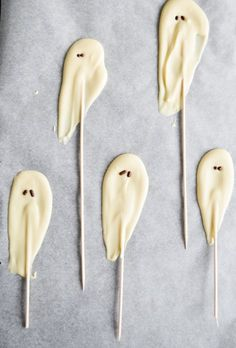 Make Halloween more fun with these white chocolate ghosts and mummies! So cute and easy to make. | mitzyathome.com