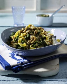 Unser beliebtes Rezept für Nudeln in Spinat-Pilz-Soße und mehr als 55.000 weitere kostenlose Rezepte auf LECKER.de.