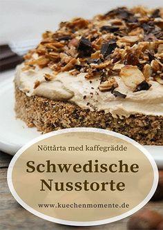 Schwedische Nusstorte mit Kaffeesahne (Nöttårta med kaffegrädde).Lockerer Nuss-Schokoboden, sahnige Kaffeecreme und karamellisierte Mandeln für den Chrunch als krönender Abschluss! Superlecker! #nusstorte #schwedisch