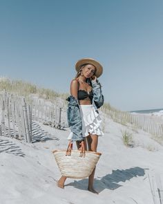 "75.9 k mentions J'aime, 520 commentaires - JULIE SARIÑANA (@sincerelyjules) sur Instagram : ""Beach picnic with the most adorable girl ever! @collagevintage ⛱‍♂️❤️"""