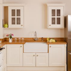 Solid Wood Kitchen Cabinets, Kitchen Units, Oak Cabinets, Wooden Kitchen, Kitchen Paint, Glass Cabinets, Kitchen Doors, Traditional Cabinets, Traditional Doors
