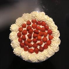 Slagroomtaart en verse aardbeien