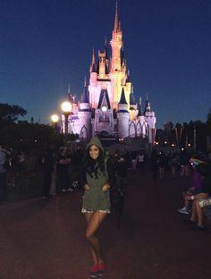 Domingo foi dia de começar a me despedir de Orlando, vou embora amanhã, e tem lugar mais clássico pra dar tchau pra essa cidade linda do que dando byebye pro Mickey na DISNEY? Pra quem não sabe o parque Magic Kingdom, aquele do castelo, é o primeiro e mais famoso parque da Disney. Não tem …