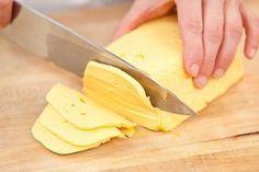 Домашний твердый сыр намного лучше магазинного! Приготовить домашний твердый сыр не так уж и сложно. Такой сыр можно смело давать малышу, ведь в нем не будет никаких ароматических добавок и красителей. Ингредиенты: - 500 грамм жирного творога (не менее 9%) зернистого - 500 мл молока (чем