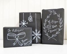 Lille Lykke: Chalkboard inpakpapier , wat een top idee! Nodig: zwart papier en witte marker of potlood.