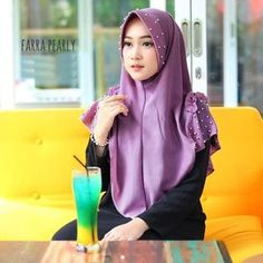 Jilbab Instan / Hijab Instan Farra Pearly with pad bubble pop, Hijab instan pad, dengan variasi rempel dan rumbai di bagian bahu kanan dan kiri, serta aplikasi payet mutiara di bagian pad dan bahu. Praktis 1x slup namun tetap cantik, dengan material bubble pop, bertekstur kulit jeruk