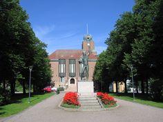 Vuonna 1921 valmistunut Lahden kaupungintalo on arkkitehti Eliel Saarisen suunnittelema rakennus. Kaupungintalon laajennus valmistui vuonna 1935 sotavaurioiden takia. Kaupungintalon tunnistaa sen korkeasta kellotornista ja tummasta punatiilistä.