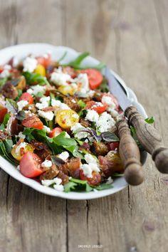 Brotsalat mit Rucola, Tomaten, Zucchini, Feta, Basilikum, knusprigem Speck und einer Knoblauch-Vinaigrette | Dreierlei Liebelei | Bloglovin'