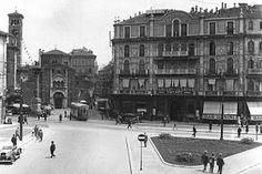 """Milano, anni 30, Piazza san Babila le """"Case veneziane"""", edificate nel 1859 e demolite nel 1938 per far posto all'edificio mastodontico di Giò Ponti."""