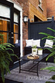 Black brings a contemporary look to this outdoor space. | Photographer: Angus Fergusson | Designer: Terry Ryan