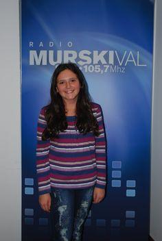 V oddaji Mali radio se nam je pridružila glasbenica Larisa Sreš, učenka 7. razreda. Larisa igra na klavir, ima prelep glas in psičko Mili.