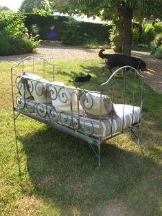 Banquette Bacchus ,ancien lit en fer forgé gris foncé avec matelas et 5 coussins : Meubles et rangements par artisannelise