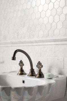 Honeycomb tile marble on subway tile marble look. That small honeycomb tile would be great for a floor, too. Honeycomb Tile, Hexagon Tiles, Hex Tile, Wall Tiles, Honeycomb Pattern, Tiling, Bad Inspiration, Bathroom Inspiration, Creative Inspiration