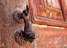 Detail of door in Coimbra-Portugal (Photo © Doors Portugal)