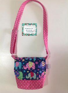 Bolsa infantil confeccionada com tecidos nacionais e quilt livre.Possui bolso interno e alça regulável com argolas.