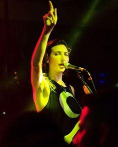 Atração de sexta-feira (03) a banda californiana @warpaintwarpaintofficial agita São Paulo mais uma vez esta noite. Horas antes do show de ontem que fez parte do projeto #TheArtofHeineken Theresa Wayman guitarrista e vocalista do quarteto composto apenas por mulheres conversou com a Vogue sobre feminismo e deu dicas sobre os grupos musicais de Los Angeles que adora. Clique no link da bio e confira na matéria de @MilhomemMarina. (Foto: @brubismara) #warpaint #theresawayman  via VOGUE BRASIL…