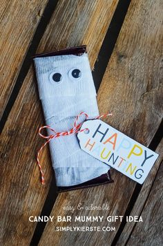 A simple, cute, and low-cost Halloween gift idea, this darling Candy Bar Mummy is perfect for classrooms, party favors and more!