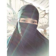 Tindakan berniqab di Mekah dipersoal ini jawapan balas Siti Nurhaliza   Beberapa hari lepas Datuk Siti Nurhaliza dan suaminya Datuk Khalid Muhd Jiwa telah berangkat ke Mekah bagi menunaikan ibadah umrah.  Difahamkan mereka kini sudah selamat tiba di tanah suci dan Siti Nurhaliza juga ada berkongsi foto beliau memakai niqab di sana.  Peminat Soalkan Tujuan Siti Nurhaliza Berniqab Di Mekah  Melihat foto berkenaan ramai yang memuji kemanisan wajah Siti Nurhaliza ketika berniqab…