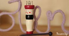 En esta entrada te enseño como hacer tu propio tricotín para que puedas tejer cordones con la técnica de cordonería francesa y diseñar por ejemplo tu propia bisutería. Loom Knitting, Drop Earrings, Christmas Ornaments, Holiday Decor, Diy, Inspiration, Wire Crochet, Making Tassels, How To Knit