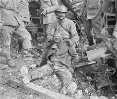 soldado francés sostiene a un soldado alemán con máscara de gas