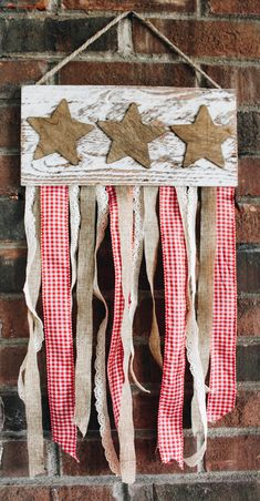 Make a beautiful Americana inspired, rustic, wooden banner using various styles of ribbon, wood stain and a cute little wooden plaque! Americana Crafts, Patriotic Crafts, July Crafts, Summer Crafts, Holiday Crafts, Americana Kitchen, Patriotic Party, Country Crafts, Holiday Ideas